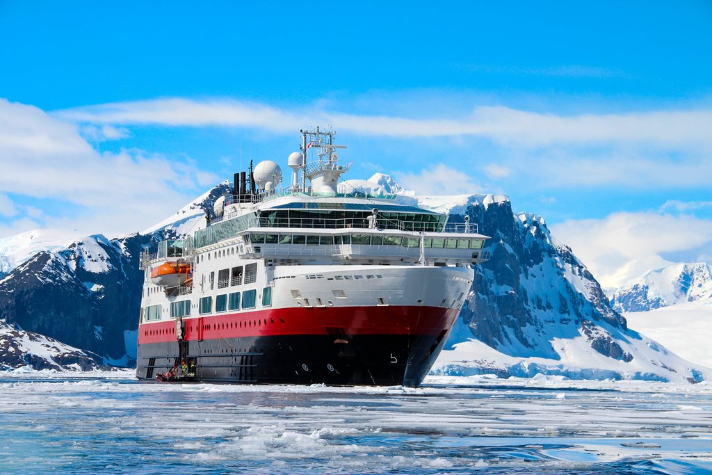 cruise-ship-with-tourists-in-antarctica